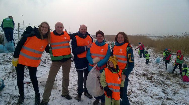 essenscia en PlasticsEurope recycleren plastic zwerfvuil tijdens opruimactie in natuurgebied Galgeschoor in de Antwerpse haven