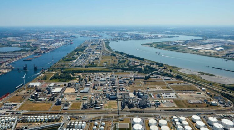 Chemiebedrijven willen miljoenen liters drinkwater besparen door over te schakelen op dokwater uit Antwerpse haven