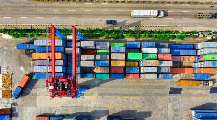Amper 8 procent van industriële productie verlaat Antwerpse haven via wegtransport