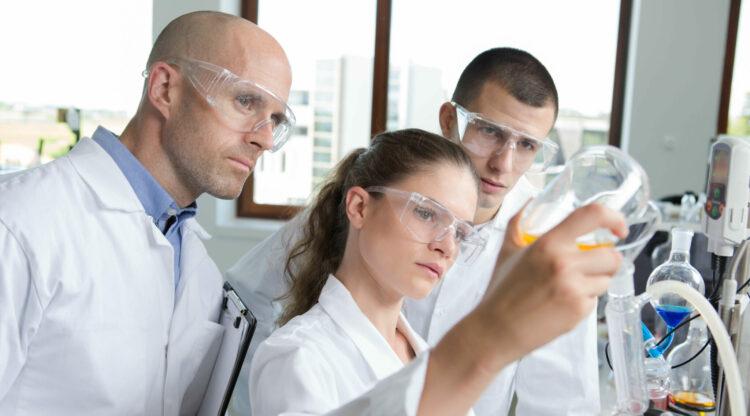 Duaal leren in hoger onderwijs: essenscia steunt nieuwe opleidingstrajecten voor chemie en farma