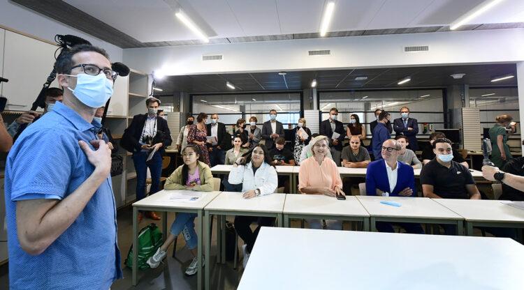 Onderwijsprimeur duaal lesgeven: vakmensen uit chemie- en farmasector combineren hun job met deeltijds lesgeven