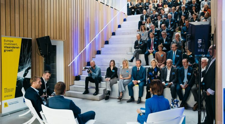 Vlaams minister Hilde Crevits en Antwerps burgemeester Bart De Wever ontdekken succesformule chemie-incubator BlueChem